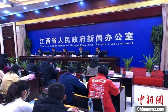 12月3日,江西多部门联合召开《江西省生育保险和职工基本医疗保险合并实施》新闻发布会。 龚珏 摄