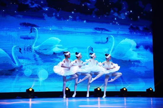 《四小天鹅》选自古典芭蕾舞剧天鹅湖二幕