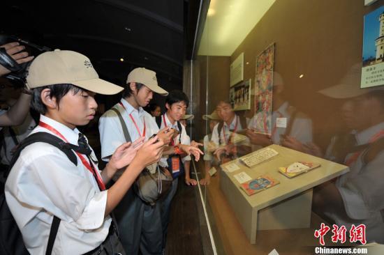 资料图:日本学生。中新社发 骆云飞 摄