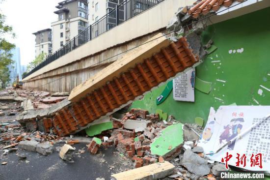 图为倒塌的围墙 林浩 摄