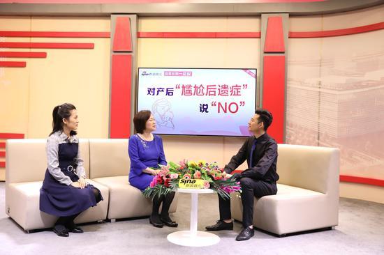 北京和睦家医院康复医学科主任 宋小燕(左二)和北京和睦家康复医院 产后康复中心负责人肖明月(左一)