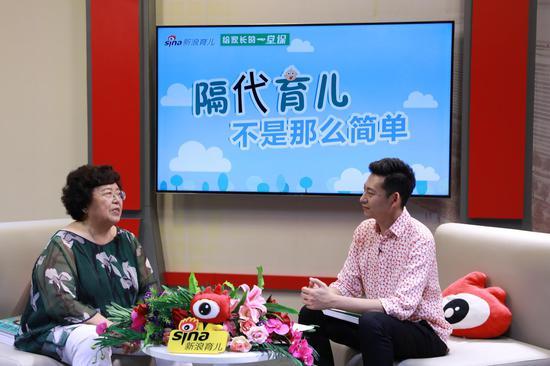 北京中医药大学附属中西医结合医院,原儿科主任、主任医师,知名儿科专家,国民奶奶张思莱(左一)