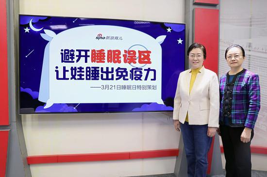 中國疾病預防控制中心婦幼保健中心原兒童保健部主任、研究員王惠珊(左一)、北京協和醫院兒科主任醫師、教授、博士生導師王丹華(左二)做客新浪育兒《給家長的一堂課》