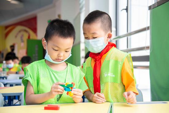 7月5日,孩子們在武漢市秦園路社區托管室上課。新華社發(伍志尊 攝)