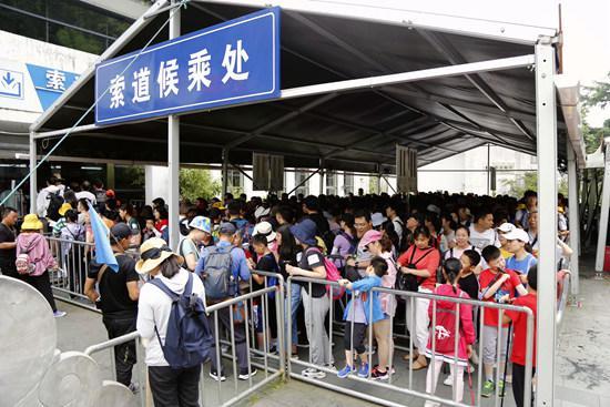 游客们在索道候乘处排队。