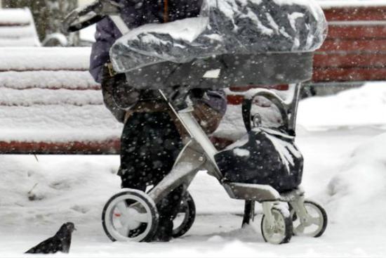 气候较冷国家的父母相信新鲜空气可以帮助他们的孩子入睡(图源:BBC)