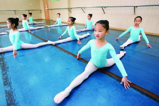 孩子在练习舞蹈基本功。 摄/本报记者 云凯杰