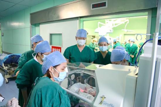 第一个出生的宝宝被送进NICU急救。图片来源:深圳市妇幼保健院微信公众号