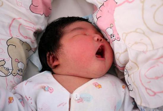 山西孕妇产下12.6斤重巨婴