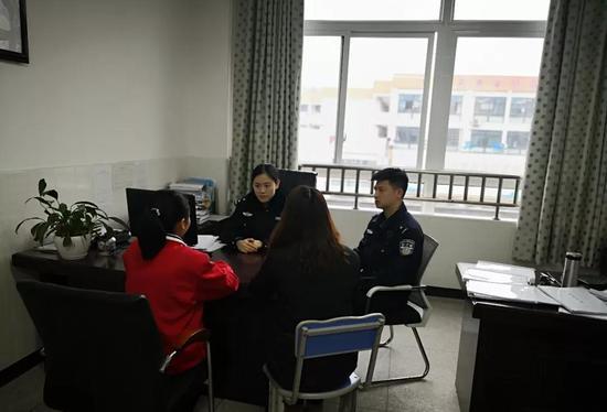 图片来自平安合川微信公众号民警对小女孩进行疏导教育