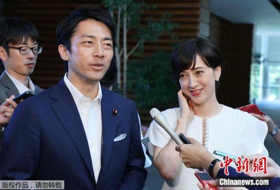 资料图:日本环境相小泉进次郎与妻子泷川雅美。