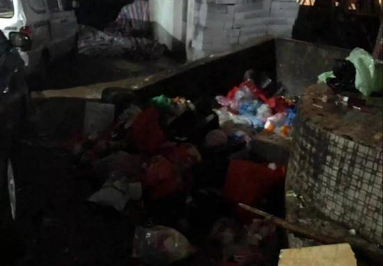 女婴被遗弃在公园旁的垃圾堆