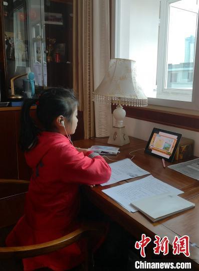 """2月10日开始,很多学校已经开通本校的网上教学,开展""""停课不停学""""活动。 钟欣 摄"""