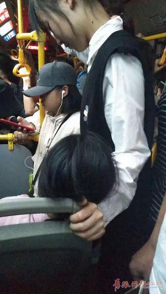 △女乘客一直保持这个姿势,直到女孩醒来。袁伟杰/摄