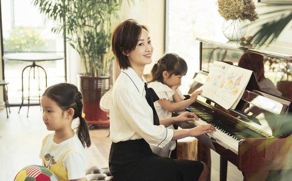 辣妈赵子琪携两女儿拍写真 文艺范十足