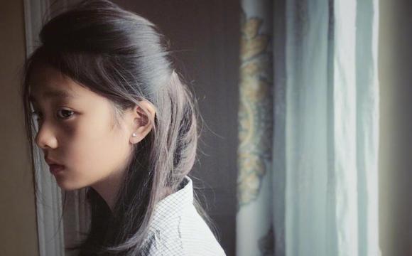 黄磊女儿近照气质恬静文艺