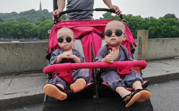 萌翻!西湖边双胞胎小和尚圈粉无数