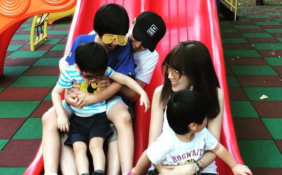 林志颖一家五口玩滑梯幸福开心