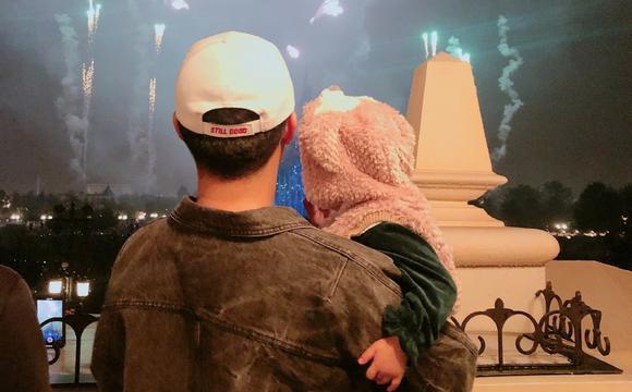 陳赫為女兒慶生 迪士尼看煙花