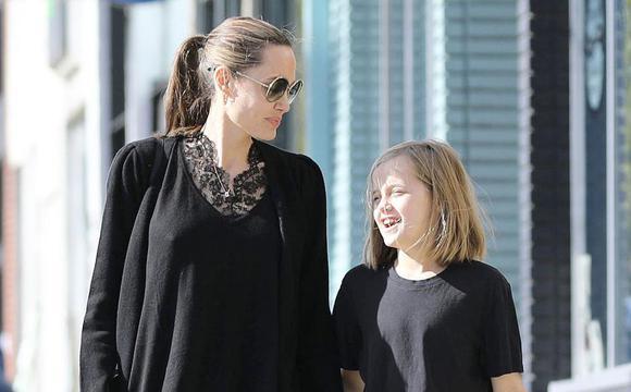 安吉丽娜·朱莉与女儿穿亲子装