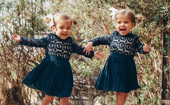 美国三岁双胞胎姐妹时尚感爆棚