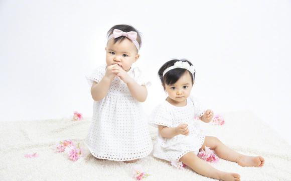 熊黛林晒双胞胎女儿艺术照