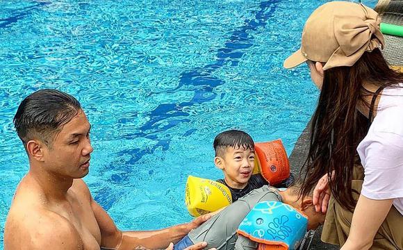 陈建州带双胞胎儿子练游泳