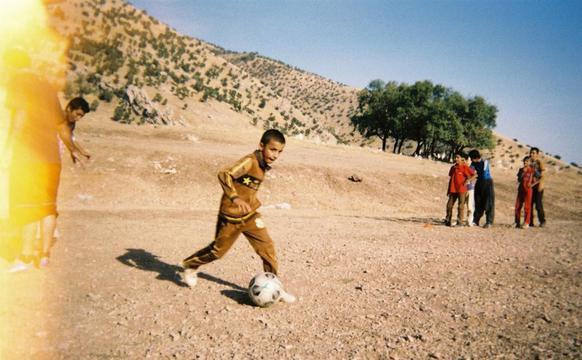 伊拉克战地踢球的孩子们
