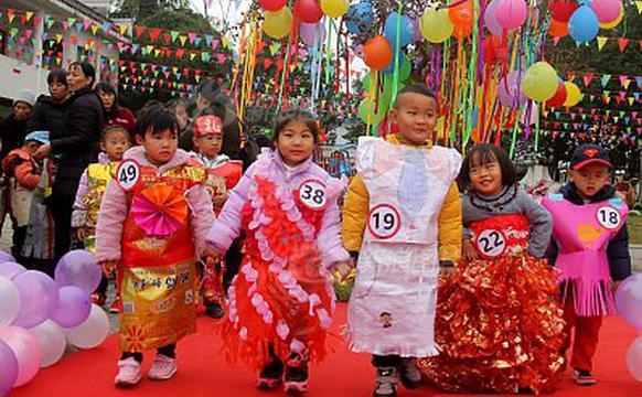 幼儿园举办环保时装秀