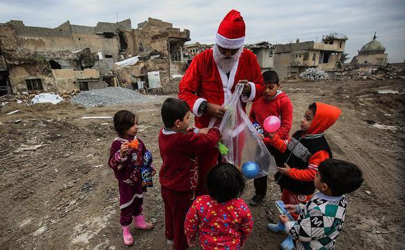 """伊拉克废墟中的""""圣诞老人"""""""