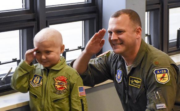 美国儿童进军营体验A10攻击机