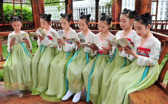 学生穿古装诵读经典迎接世界读书日