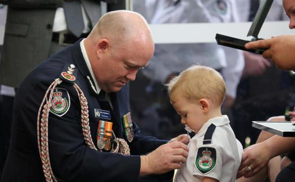 澳消防员牺牲 咬奶嘴儿子替父领奖