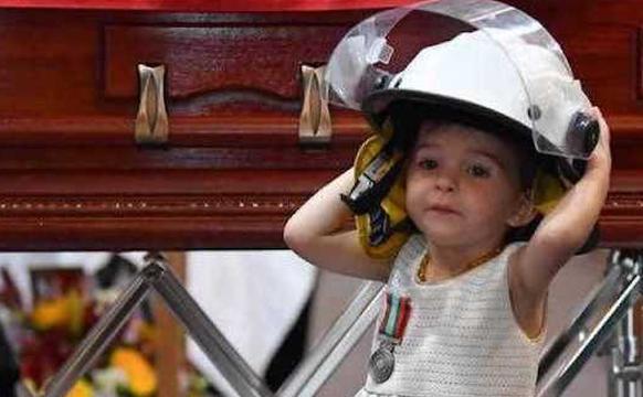 消防员葬礼19个月大女儿戴上安全帽