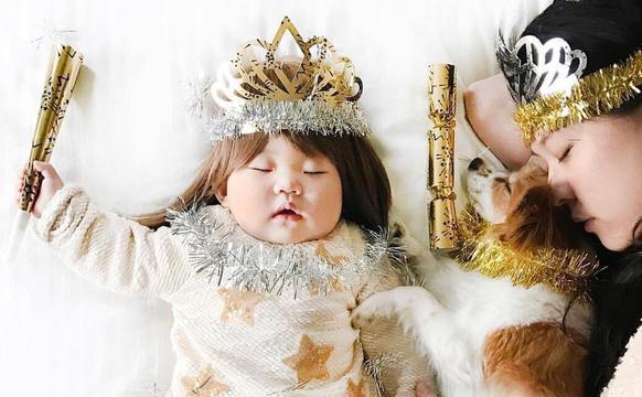 摄影师妈妈为睡熟的宝宝打扮人物角色