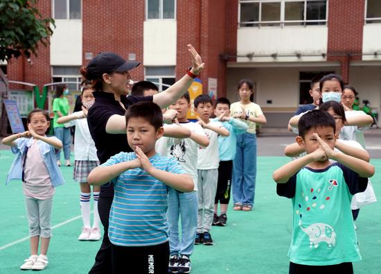 7月5日,在位于上海徐匯區匯師小學分校的愛心暑托班辦班點內,小學生在老師指導下練習武術基本動作。新華社記者劉穎 攝