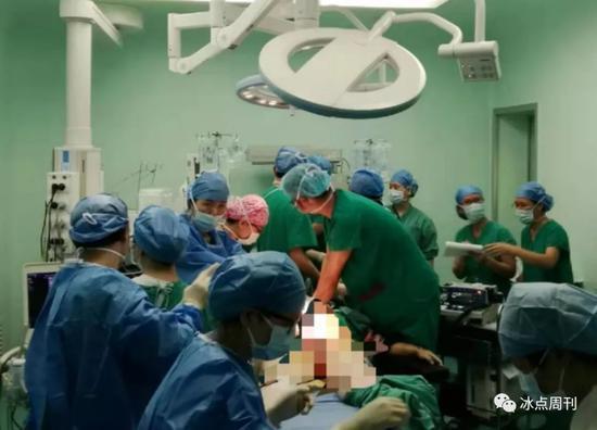 医生在手术室内对梅子实施抢救。