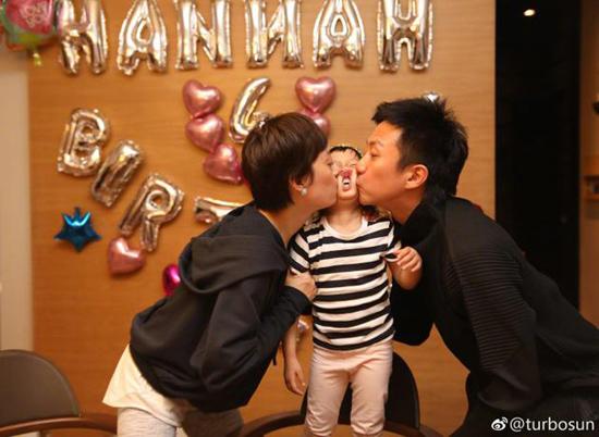 小花妹妹4岁生日爸妈亲吻