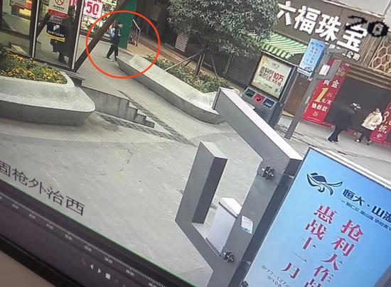 失联男孩最后现身地点位于铜仁市中心的步行街,时间为11月28日。 监控截图