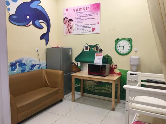 苏宁红孩子门店母婴室,冰箱、微波炉、饮水机等一应俱全