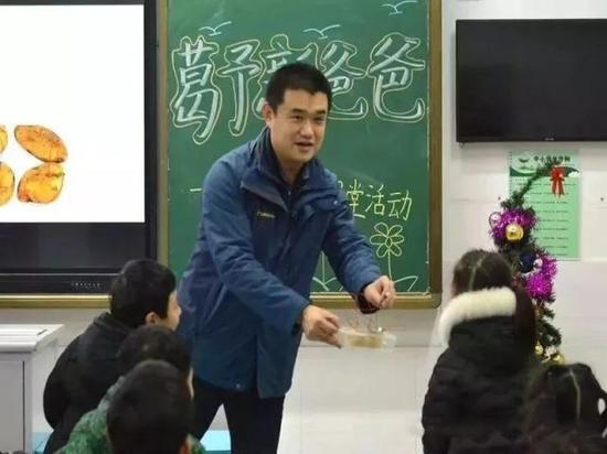 """葛予新爸爸与孩子们一起做""""水果发电""""的实验。"""