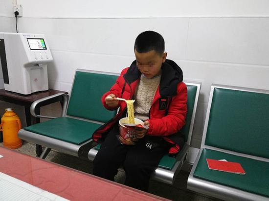 10岁?#30007;?#26480;在娄底火车站报警不愿被父亲接走。 来源:长沙铁路公安处