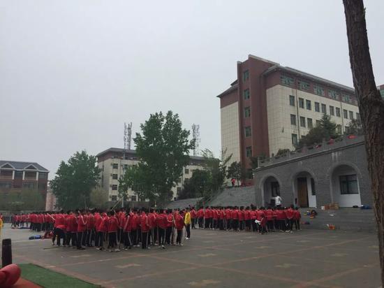 ▲4月12日傍晚,小龙武校的学生正在训练。台阶上方疑为事件发生地。新京报记者张惠兰摄