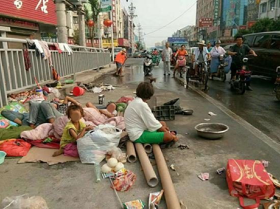 女子带着4名孩子长期居住在马路上,对交通造成一定的影响。受访者供图
