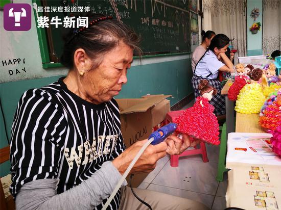 刘瑞侠老人在做手工