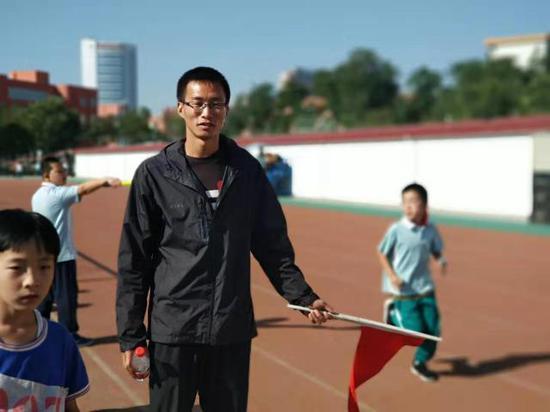 刘晓源组织学生参加运动会。新华社记者何晨阳摄