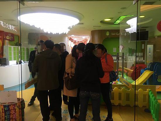 5时20分,已有约20名接到关店通知的家长赶到大悦城中心现场,且不断有新的家长赶来。(图片来源:界面教育 司雯雯)