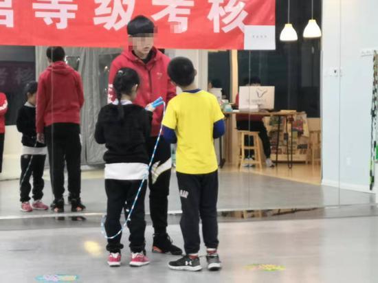 跳绳老师在给孩子们讲解跳绳技术要领。摄影/新京报记者 吴婷婷
