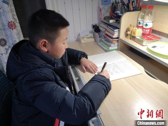浙江乐清一名四年级学生郑泽越在写日记。 乐清供图