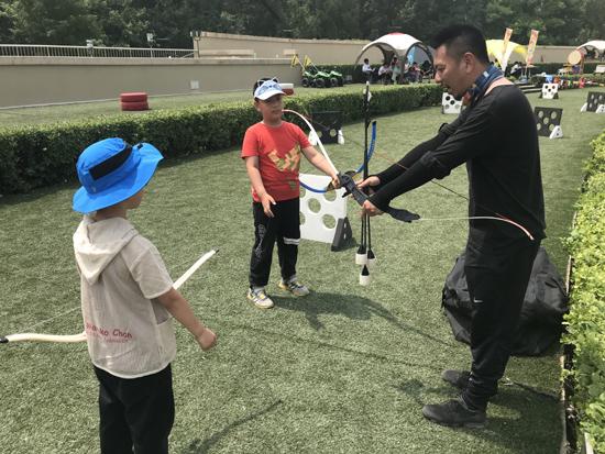 专业老师教授孩子们拉弓技巧